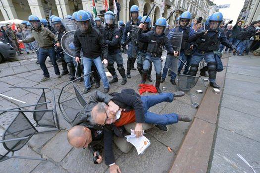#Torino #1Maggio Gendarmi all'inseguimento di un pericolosissimo anziano con dei volantini in mano.