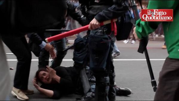 [#primomaggio, corteo #Torino: ragazza trascinata via da agenti e caricata su un blindato.QUI il Video]