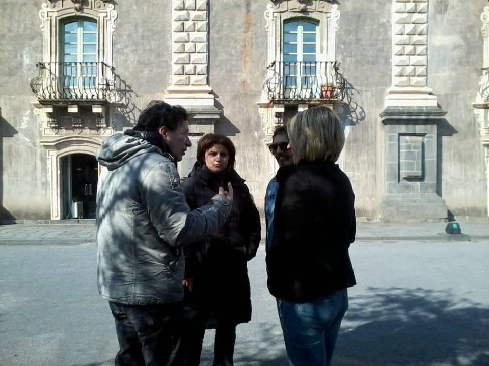 Il regista e alcuni protagonisti durante la lavorazione del film