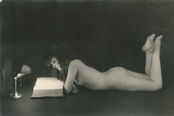 woman-naked-reading