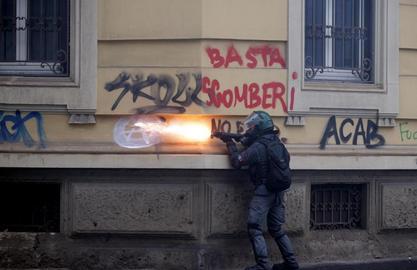 lacrimogeno sparato ad altezza uomo