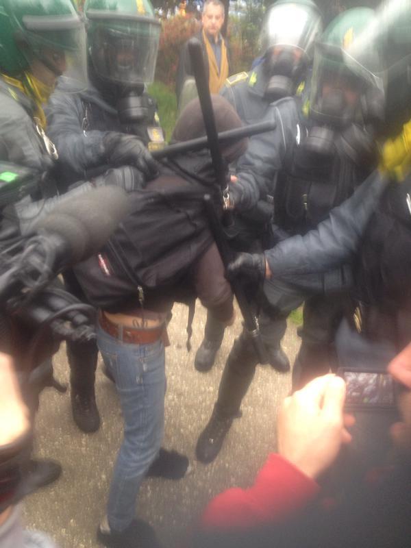 """il """"fermo"""" di una manifestante"""