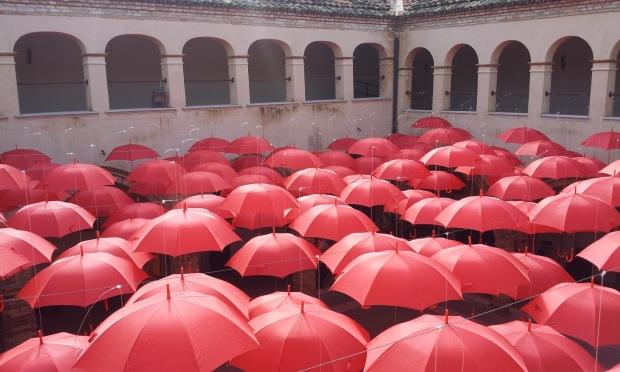 ombrelli rossi del festival