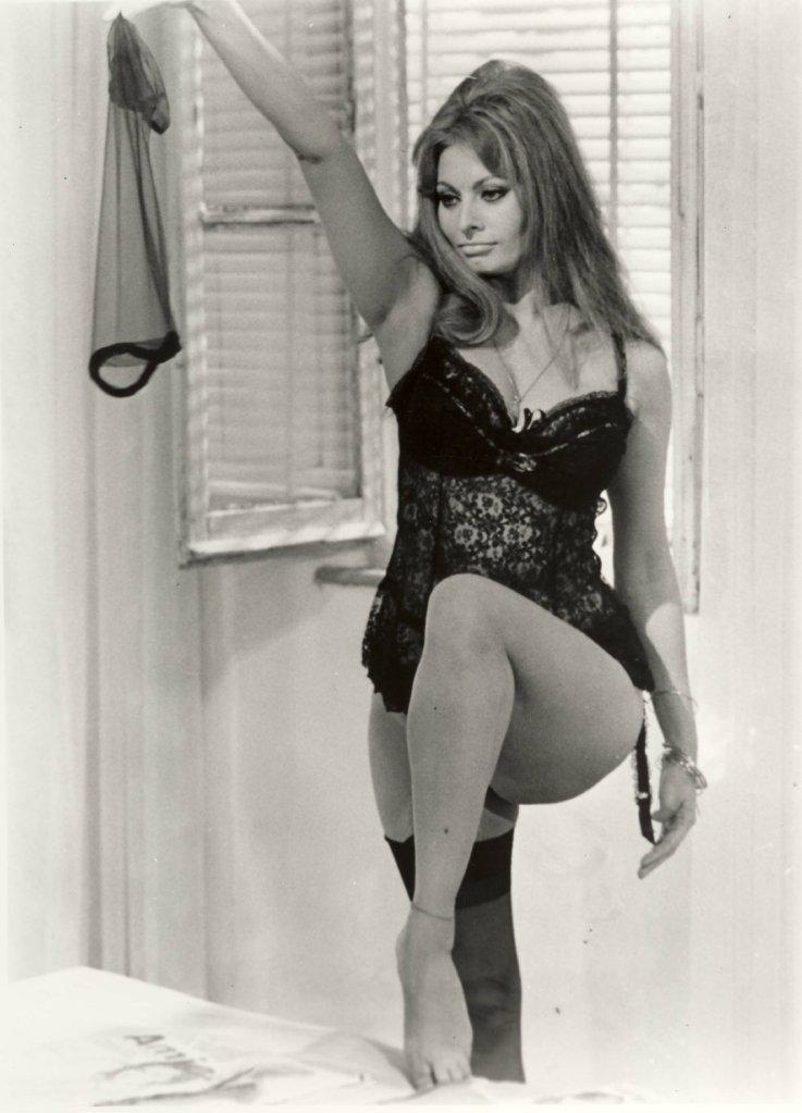 """Sofia Loren, protagonista, assieme a Marcello Mastroianni, nel film """"Ieri, oggi, domani"""" di De Sica"""