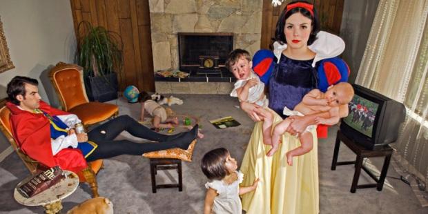 Sono foto di Dina GoldStein e fanno parte della serie di fotografie Fallen Princesses di cui qui trovate altri splendidi esempi