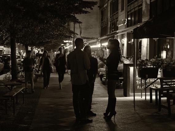 Un* sex worker negozia il prezzo con un* cliente in una zona turistica di Berlino. Berlino è una delle tre città tedesche senza zone limitate per la prostituzione. C. Sascha Kohlmann, 2012, Flickr