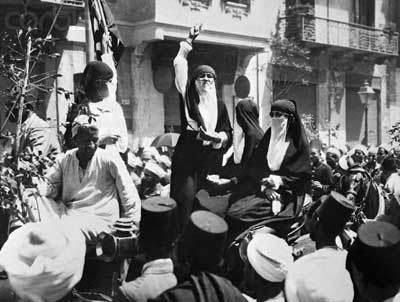 Donne velate egiziane protestano ne Il Cairo contro la colonizzazione britannica nel 1919