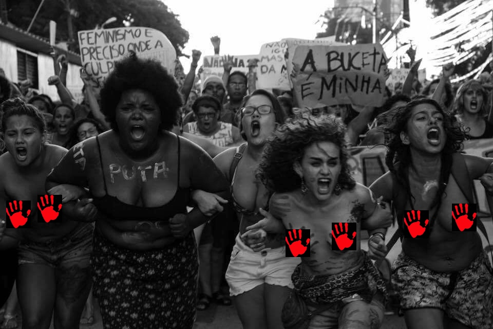 La bellissima foto di Flora negri, che ritrae donne in lotta contro la cultura dello stupro, censurata perché facebook ha cancellato, intendendola pornografia, quella originale. QUI la versione non censurata.