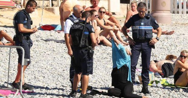 Questa è la donna che è stata multata e costretta a togliere la maglia a Nizza.