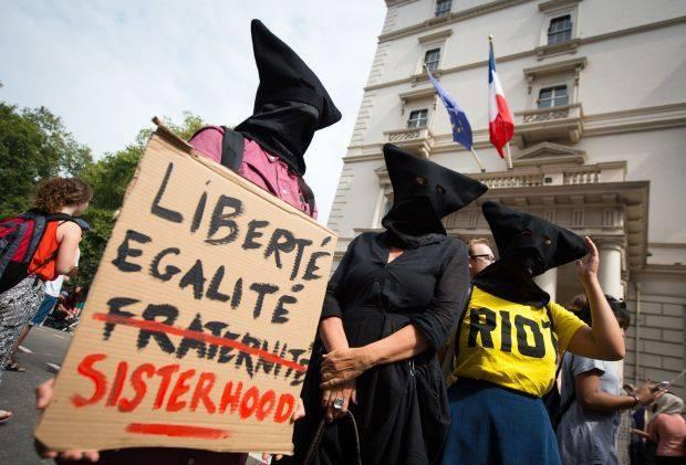 Londra, 25-08-16 #WearWhatYouWant. Manifestazione davanti all'ambasciata francese a Knightsbridge per protestare contro il divieto di indossare il burkini, diventato legge in molte città costiere della Francia
