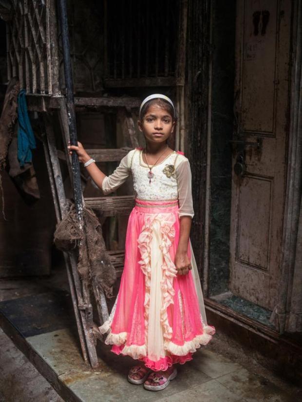 [La ragazzina musulmana di 9 anni Nasreen Sheikh nella baraccopoli povera e affollata dove vive a Mumbai, in India ]